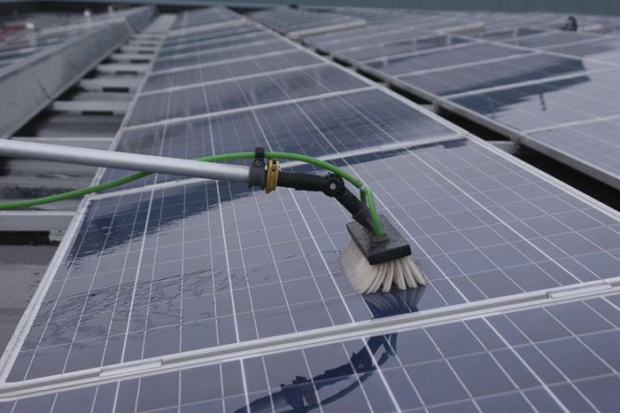 Zonnepanelen reinigen met osmosewater
